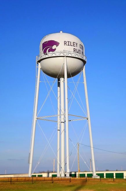 A water tower with the Kansas State Wildcat logo.