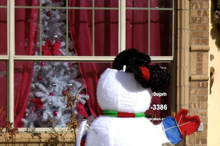 Nine days before Christmas and its 75° - Frosty has lost his hat, turned his back to the street, and longs for snow on Christmas trees outside the house....